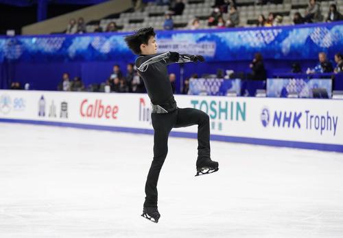 NHK杯 男子SPを前に、ジャンプの練習をする羽生(撮影・加藤諒)