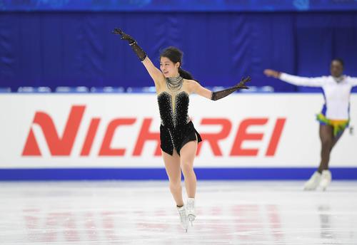 NHK杯 女子SPを前にリンクで練習する横井(撮影・加藤諒)