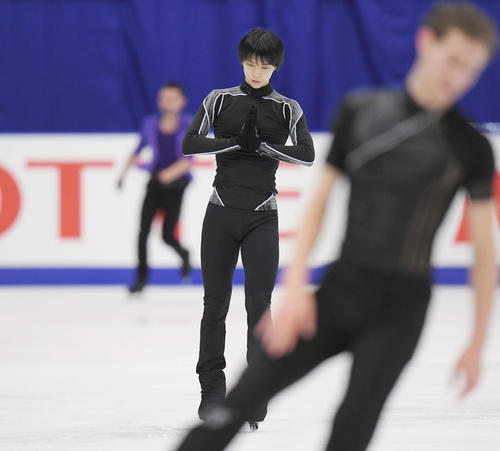 NHK杯 男子SPを前に、曲を流した練習に臨む羽生(中央)(撮影・加藤諒)