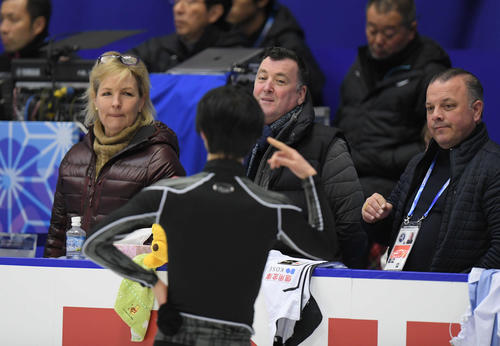 NHK杯 男子SPの曲をかけた練習ができず、肩を落とす羽生結弦(手前)を見つめる、左からトレイシー・ウィルソン、ブライアン・オーサー、ジスラン・ブリアンらコーチ陣(撮影・加藤諒)