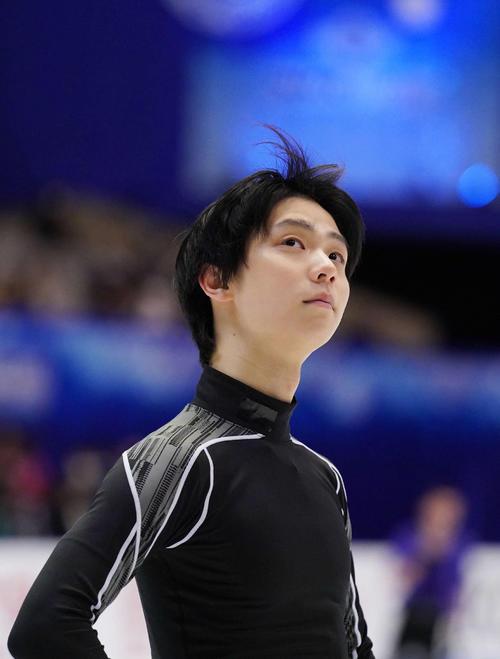 NHK杯 男子SPを前にリンクで練習する羽生(撮影・加藤諒)