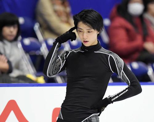 NHK杯 男子SPを前にリンクで頭に手をやる羽生(撮影・加藤諒)