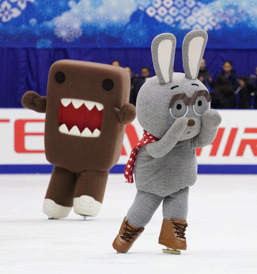 NHK杯 競技の合間にリンクに登場し、華麗な滑走を披露するうさじい(手前)とどーもくん(撮影・加藤諒)