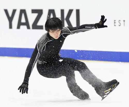 NHK杯 男子SPを前に、ジャンプの着氷で踏ん張る羽生(撮影・加藤諒)