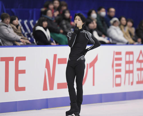 NHK杯 男子SPの曲をかけた練習が中断し、口に指を当てる羽生(撮影・加藤諒)