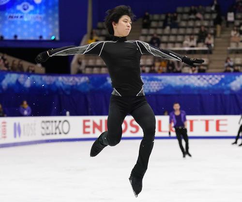 NHK杯 男子SPを前にジャンプの踏み切りを確かめる羽生(撮影・加藤諒)