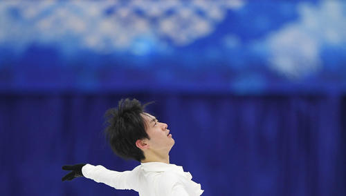 NHK杯 男子SPを前にリンクで練習する山本(撮影・加藤諒)