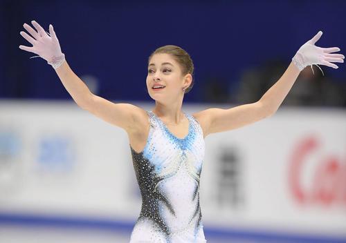 NHK杯 女子SPで演技を終え、観客に手をふるコストルナヤ(撮影・加藤諒)