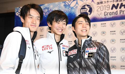 フリー滑走順の抽選を終えて笑顔を見せる、左から山本、島田、羽生(右)(撮影・加藤諒)