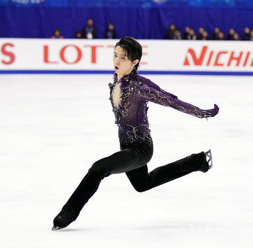 NHK杯 男子フリーでジャンプをする羽生(撮影・加藤諒)
