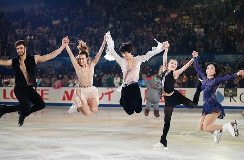 NHK杯 エキシビションの演技を終え、各部門の金メダリストたちと手をつないでジャンプする羽生結弦(中央)(撮影・加藤諒)