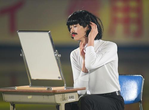 NHK杯エキシビション かつらをかぶって鏡を見つめる島田(撮影・加藤諒)