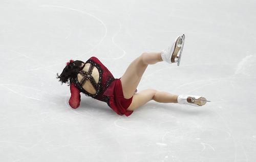 女子SP 連続ジャンプで転倒する紀平梨花(AP)