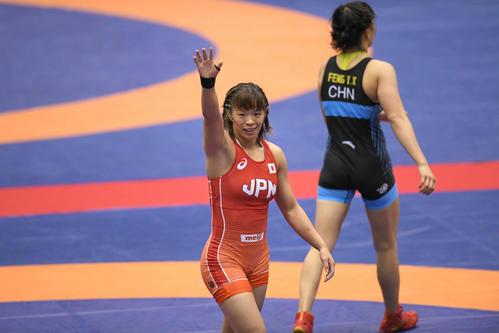 レスリング国別対抗戦女子W杯 57キロ級中国戦で勝利し、笑顔を見せる川井梨(19年11月16日撮影)