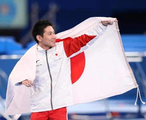 男子個人決勝を終え東京五輪代表に内定した堺は日の丸を手に笑顔を見せる(撮影・河野匠)