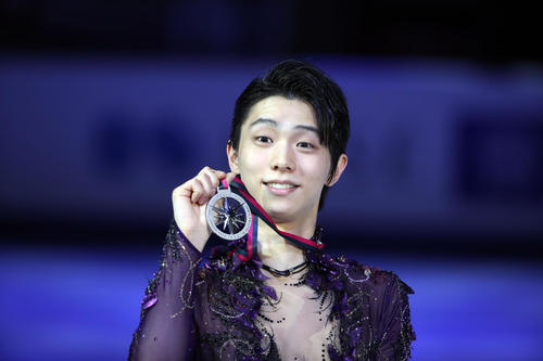 Hanyu, 2nd place at the Grand Prix Final commendation, poses with a silver medal [photograph, PNP]