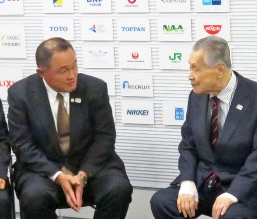 森喜朗会長(右)に、IOC委員に推薦された報告を行ったJOC山下泰裕会長(撮影・松熊洋介)