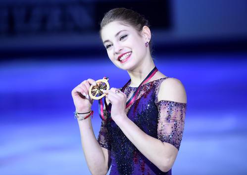 優勝を飾り、笑顔でメダルを見せるコストルナヤ(ロイター)