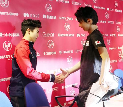 グランプリ・ファイナルで2位の羽生(中央)は、優勝のネーサン・チェン(左)と握手を交わす(撮影・PNP)