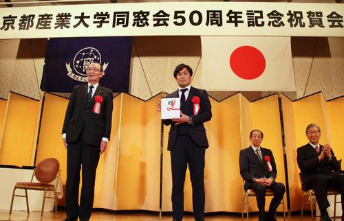 京産大同窓会50周年記念式典で顕彰された大畑大介氏(撮影・南谷竜則)