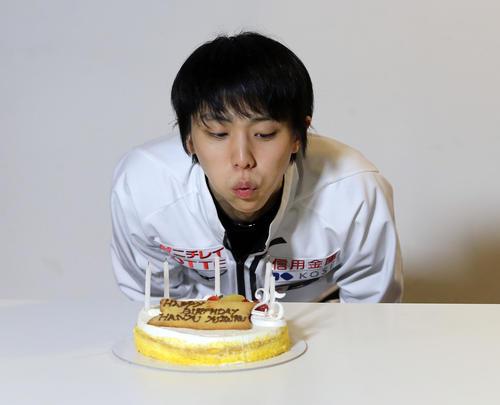 25歳の誕生日を祝うケーキが贈られ、ろうそくの日を吹き消す羽生(撮影・PNP)