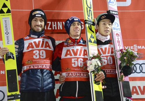 W杯ジャンプ男子個人第4戦で3位の小林陵侑(右)。中央は優勝したクラフト(共同)