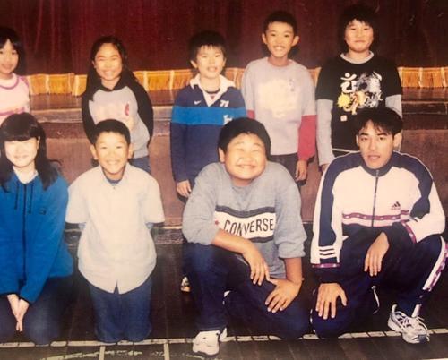 満面の笑みを浮かべる小学生の頃の稲垣啓太(前列左から3番目)