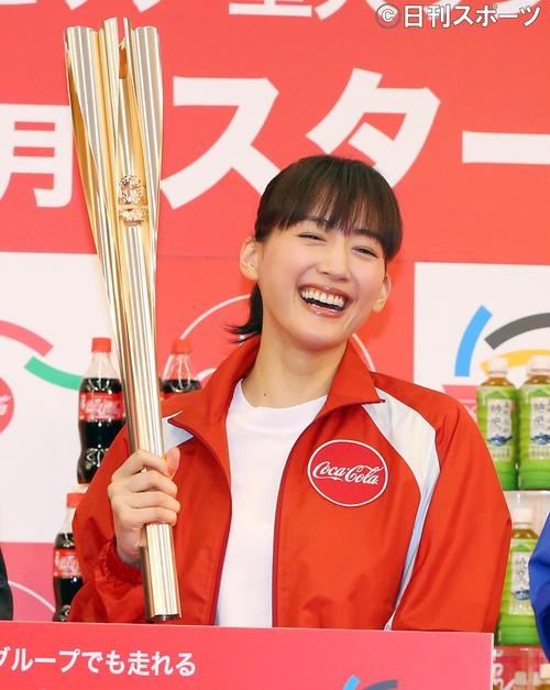 東京五輪聖火リレーのトーチを持つ綾瀬はるか(19年6月10日)