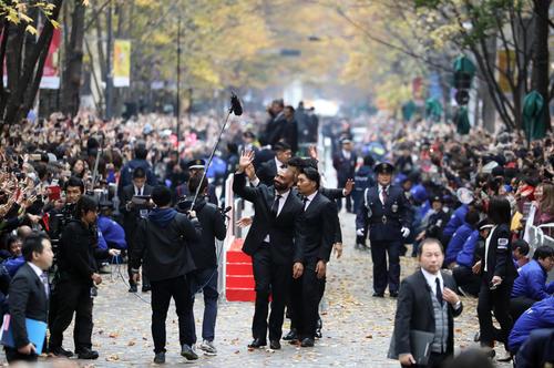 多くのサポーターの前でパレードを行ったリーチ(中央)ら日本代表の選手たち(撮影・狩俣裕三)