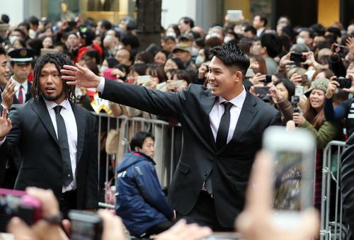 「ラグビー日本代表ワンチームパレード」で沿道のファンに笑顔で手を振る姫野(右)と堀江(撮影・垰建太)