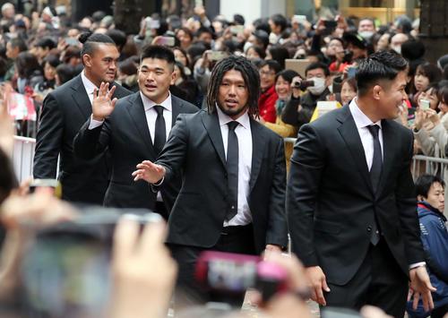 「ラグビー日本代表ワンチームパレード」で沿道のファンに笑顔で手を振る、左からツイ、具、堀江、姫野(撮影・垰建太)