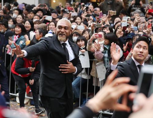 「ラグビー日本代表ワンチームパレード」で沿道のファンに笑顔で手を振る中島(左)と茂野(撮影・垰建太)
