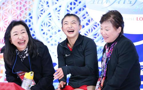 女子SPの演技を終えキスアンドクライで笑顔を見せる坂本(中央)(撮影・垰建太)