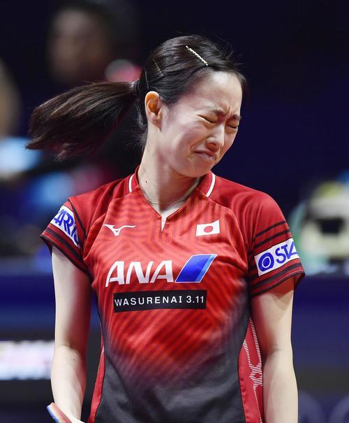 女子シングルス1回戦で劉詩文にポイントを奪われ悔しがる石川(共同)