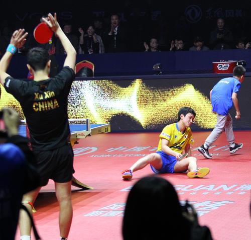 世界ランキング1位の許キン(手前)に惜敗し、床に倒れ込んだ張本(撮影・三須一紀)
