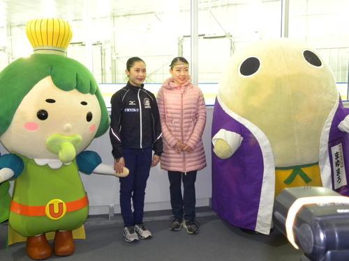 木下アカデミー京都アイスアリーナで演技した宮原知子(左)と紀平梨花(撮影・松本航)