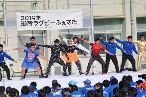 ダンスで会場を盛り上げるラグビー部員(撮影・南谷竜則)