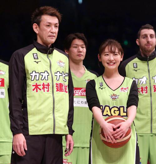試合前、記念撮影をするレバンガ北海道折茂(左)とおのののか(撮影・佐藤翔太)