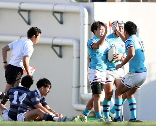 後半、トライを決めた筑波大WTB仁熊(右から3人目)はSO島田(右端)と笑顔でタッチを交わす(撮影・前田充)