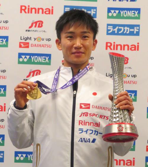 バドミントンのワールドツアーファイナルの男子シングルスで優勝し、中国から成田空港に帰国した桃田賢斗(撮影・松熊洋介)