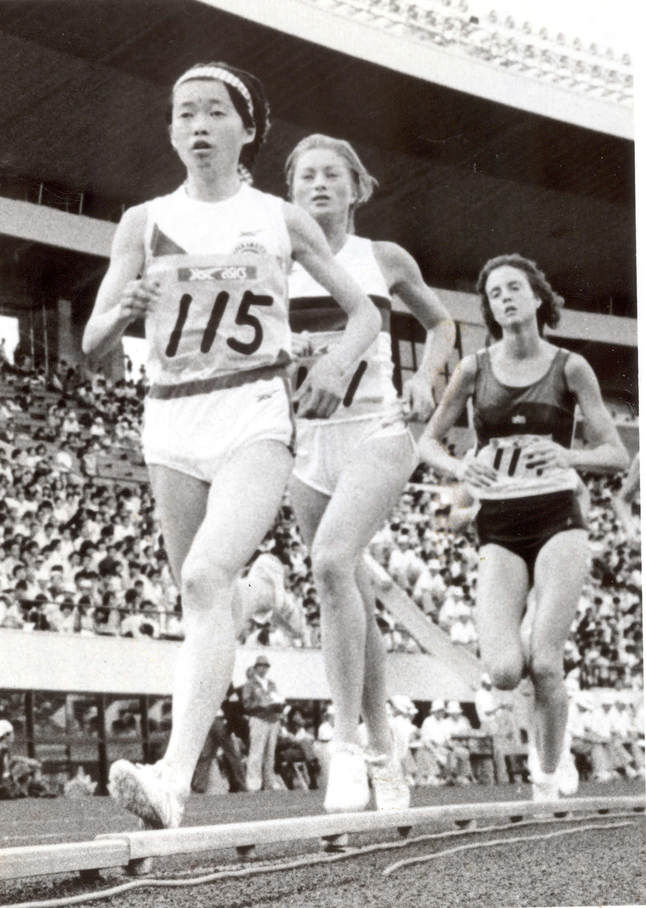 アジア陸上1万メートル 33分13秒22の日本新記録の増田明美(左)(81年6月7日)