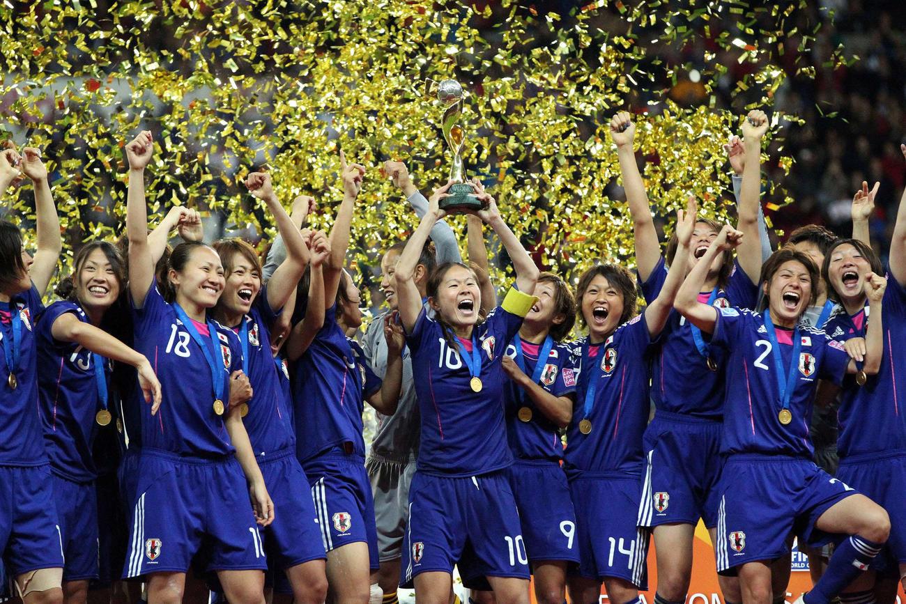 世界一となり優勝杯を掲げる沢主将(中央)と歓喜のなでしこジャパンイレブン(11年7月17日)