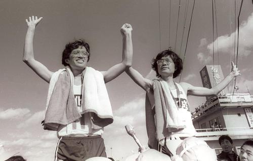 別府大分毎日マラソンで1位となった宗茂(左)と2位で双子の弟・猛(81年2月1日)