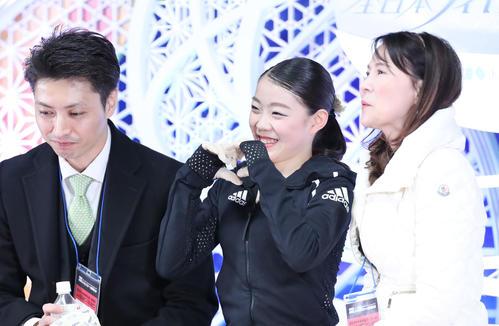女子フリーの演技を終えキスアンドクライでハートをつくる紀平(撮影・垰建太)