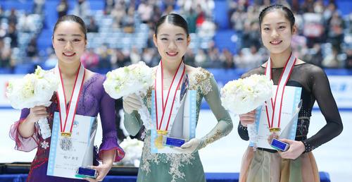 全日本フィギュアスケート選手権を制し樋口(左)、川畑(右)と笑顔で写真に納まる紀平(撮影・垰建太)