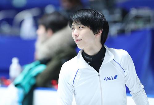 全日本フィギュアスケート選手権公式練習で笑顔を見せる羽生(撮影・垰建太)
