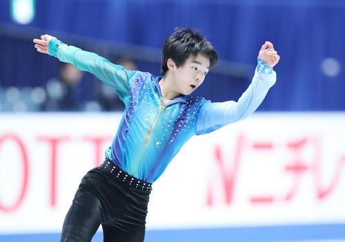 全日本フィギュアスケート選手権公式練習で演技の確認をする鍵山(撮影・垰建太)