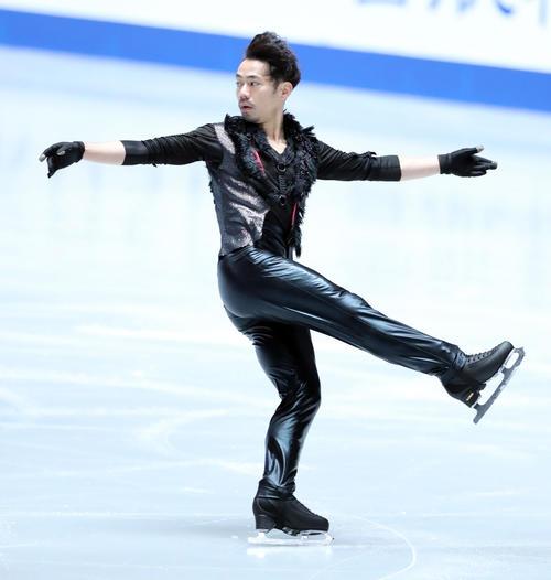 全日本フィギュアスケート選手権公式練習で演技の確認をする高橋(撮影・垰建太)