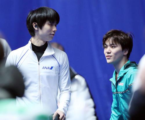 全日本フィギュアスケート選手権公式練習前、笑顔で目を合わせる宇野(右)と羽生(撮影・垰建太)