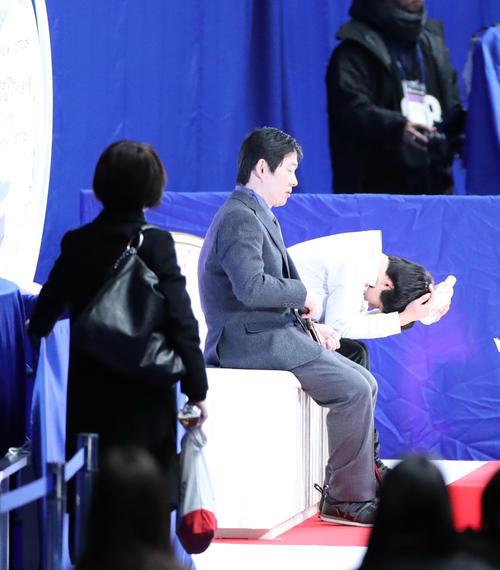 男子SPの演技を終えキスアンドクライで頭を抱える鍵山(右)。中央は父の正和コーチ(撮影・垰建太)